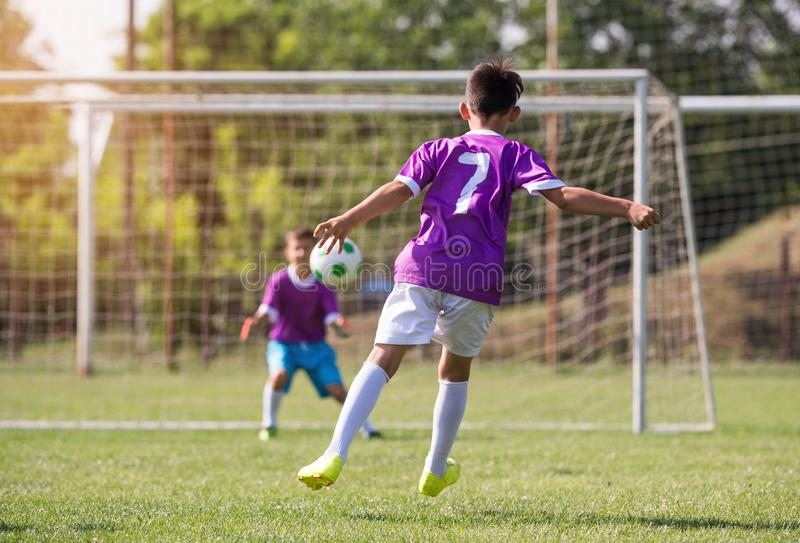 Match de football de joueurs d'enfants en bas âge sur le terrain de football image stock