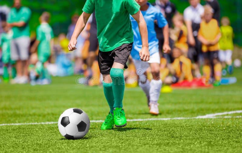 Match de football pour des enfants Enfants jouant le jeu de tournoi du football photographie stock