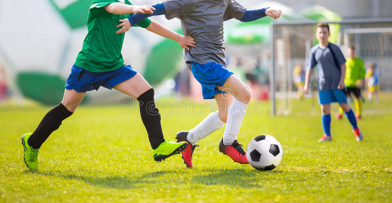 Match de football pour des enfants Tournoi du football de formation et de football images stock