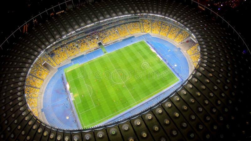 Match de football sur le grand champ de stade, vue aérienne, championnat de sport sur l'arène images libres de droits