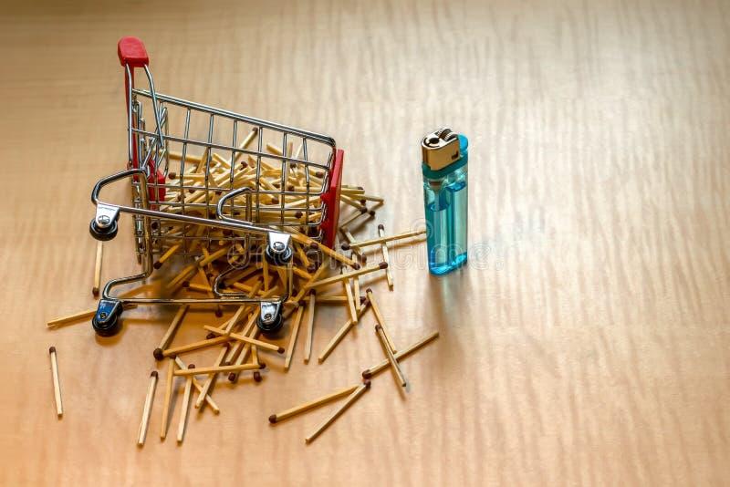 Match und Feuerzeug auf dem Tisch im Metallkorb stockfotos