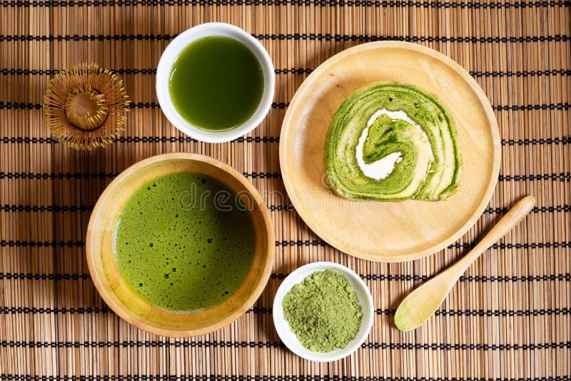 Matcha与matcha饮料和matcha卷蛋糕点心的绿茶粉末 免版税库存图片