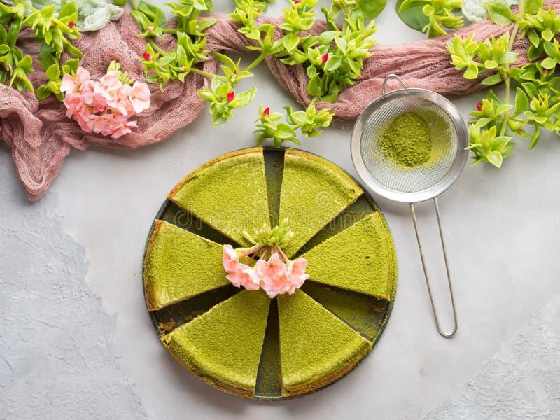 Matcha乳酪蛋糕和花 免版税库存照片