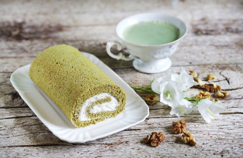 Matcha卷蛋糕roly多与被鞭打的奶油和核桃,绿茶 免版税库存图片