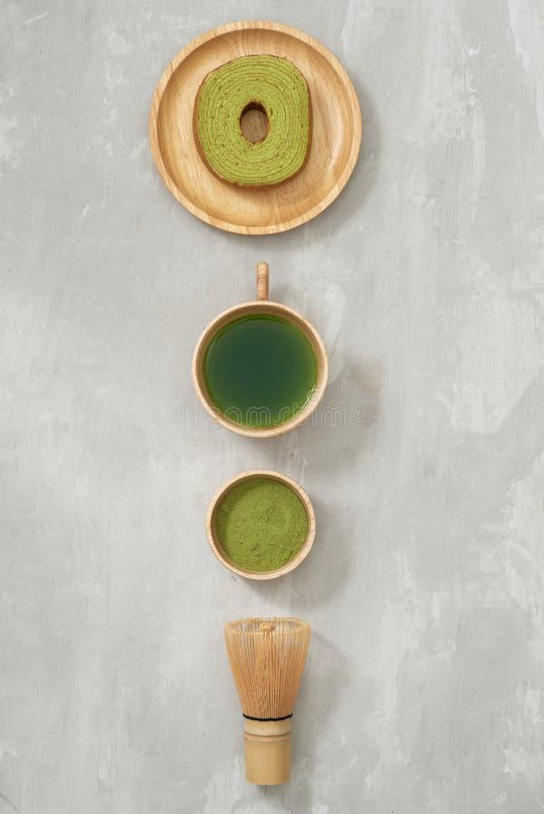 Matcha在一个杯子和茶道器物的绿茶拿铁有德国蛋糕的 复制空间 库存照片
