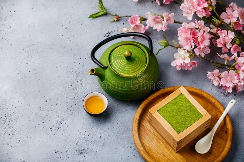 Matcha提拉米苏点心和绿茶 库存照片