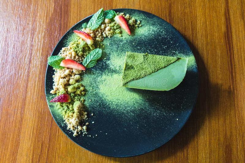 Matcha绿茶冰淇凌蛋糕用草莓和曲奇饼 免版税库存图片