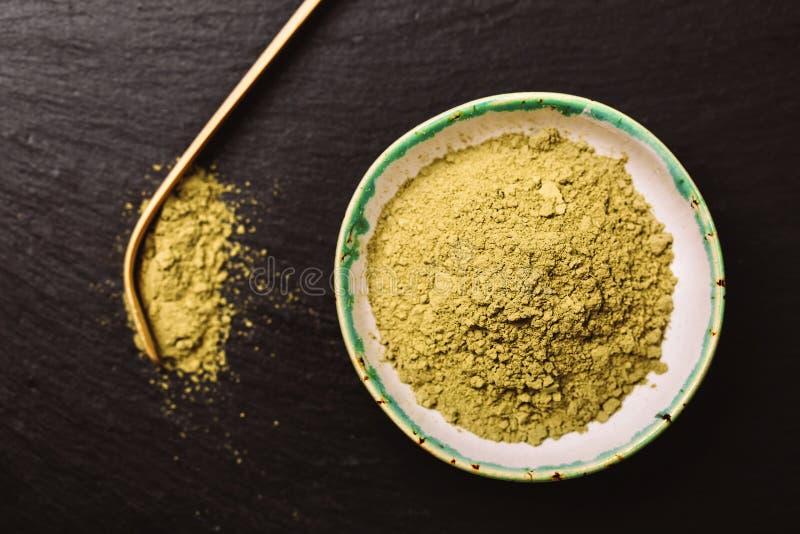 matcha茶和绿色pouder的匙子 免版税库存照片