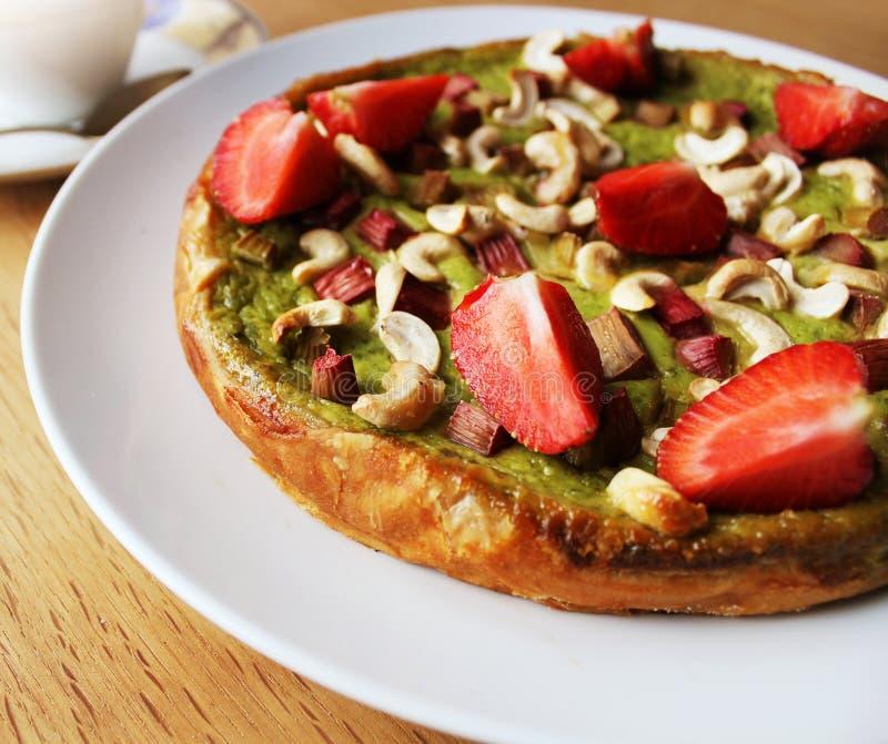 Matcha绿茶蛋糕用草莓,大黄,腰果 免版税库存照片