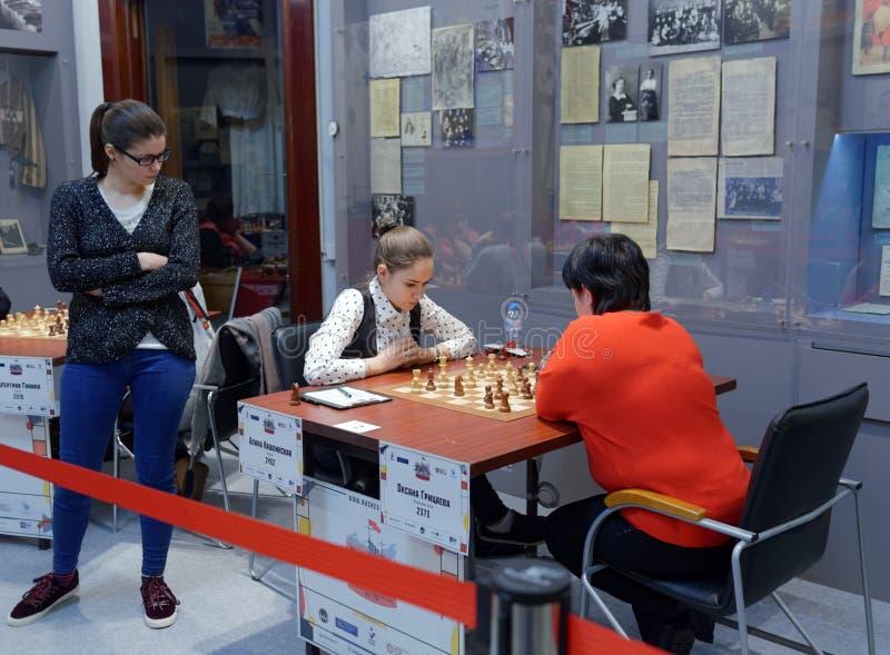 Matcha Alina Kashlinskaya vs Oksana Gritsayeva i toppen-finaler av den ryska schackmästerskapet arkivfoto