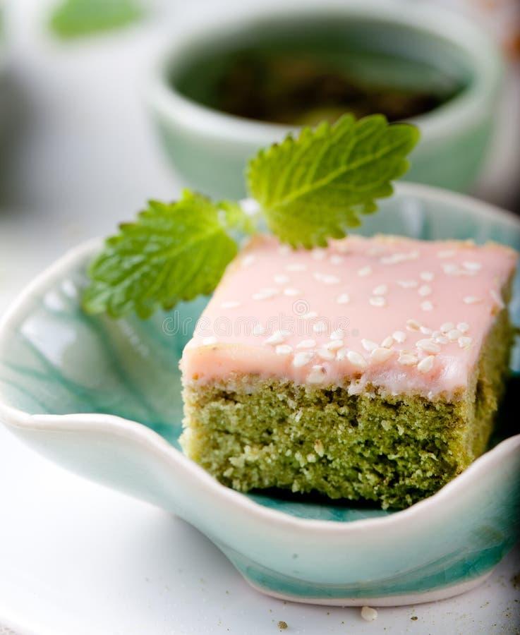 Matcha bakar ihop grönt te med vit chokladglasyr arkivfoto