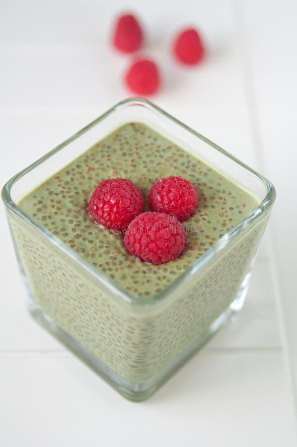 Matcha Chia Seeds Pudding com framboesa imagens de stock