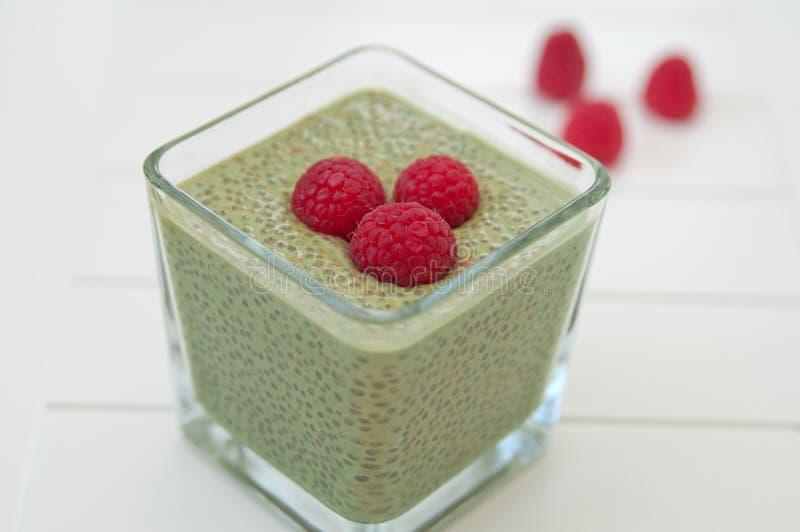 Matcha Chia Seeds Pudding med hallonet arkivbild