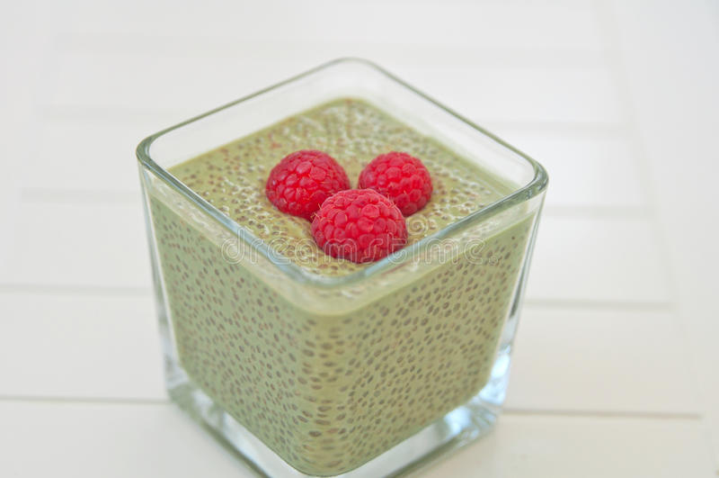 Matcha Chia Seeds Pudding mit Himbeere lizenzfreies stockfoto