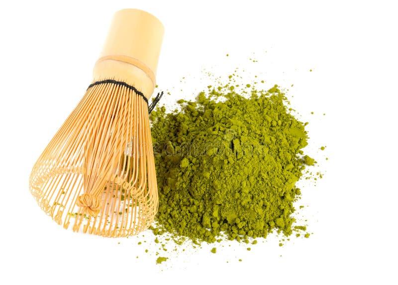 Matcha do chá verde e batedor de ovos pulverizados do bambu fotografia de stock royalty free