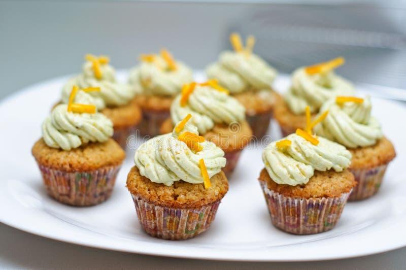 Matcha en vanille cupcakes royalty-vrije stock foto's