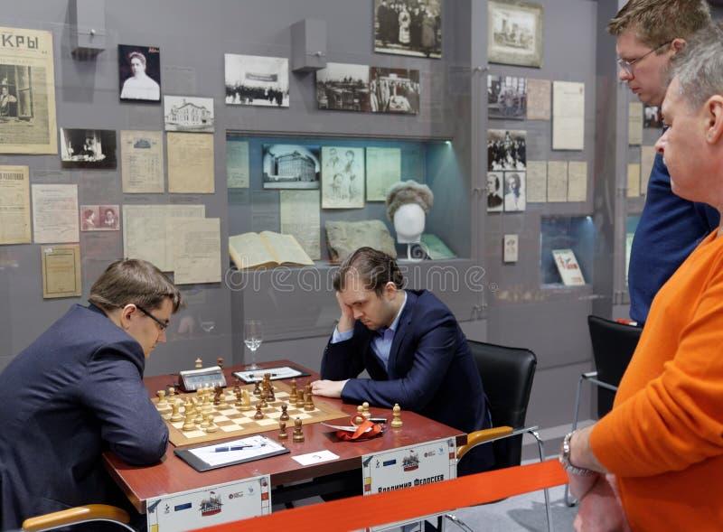 Matcha Evgeny Tomashevsky vs Vladimir Fedoseev i toppen-finaler av den ryska schackmästerskapet arkivbild