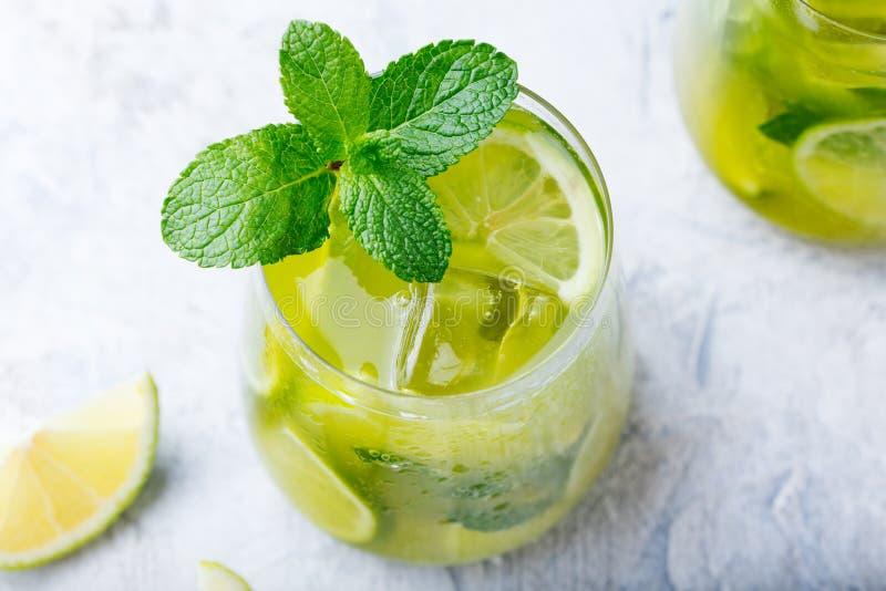 Matcha a glacé le thé vert avec la chaux et la menthe fraîche sur un fond de marbre Vue supérieure photographie stock libre de droits