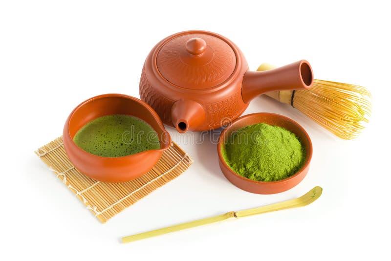 Matcha Groene Thee en Japans theestel Ceramische theepot en een stomende die kop op witte achtergrond wordt geïsoleerd royalty-vrije stock afbeelding