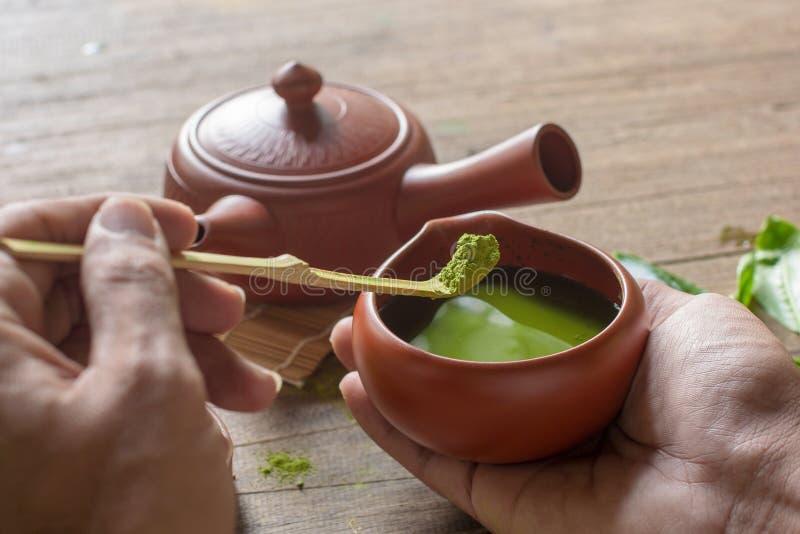 Matcha Groene Thee en Japans theestel Ceramische theepot en een stomende kop op houten achtergrond stock afbeeldingen