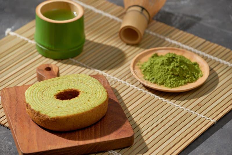Matcha groene thee latte in een kop en theeceremoniewerktuigen met Duitse cake De ruimte van het exemplaar stock afbeelding
