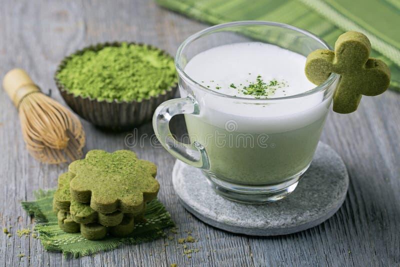Matcha groene thee latte en koekjes royalty-vrije stock foto's