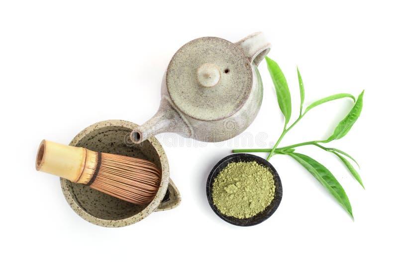Matcha ist ein Pulver von den grünen Teeblättern, die mit Antioxydantien auf weißem Hintergrund verpackt werden stockfotos