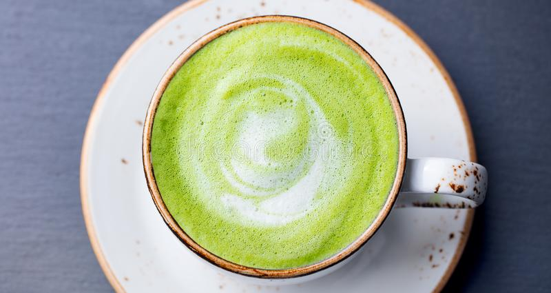 Matcha, latte del t? verde en una taza Fondo de piedra gris Visi?n superior foto de archivo