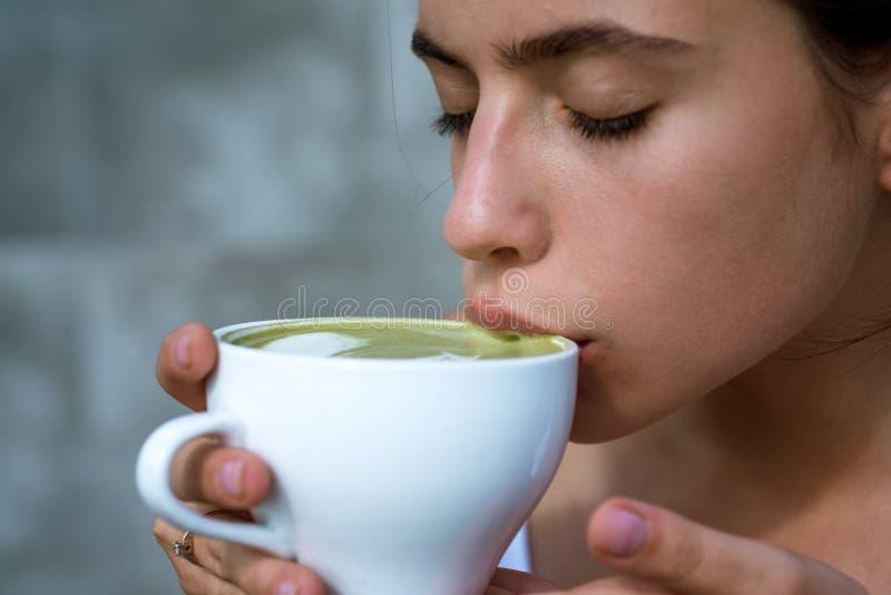 matcha latte herbaciana ceremonia dziewczyna kobieta napoju japońska herbata od filiżanki Kobieta relaksuje w kawiarni i pić Perf zdjęcie stock