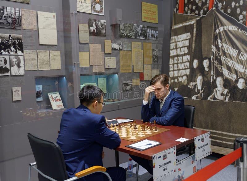 Matcha Maxim Matlakov vs Sanan Sjugirov i toppen-finaler av den ryska schackmästerskapet arkivbilder