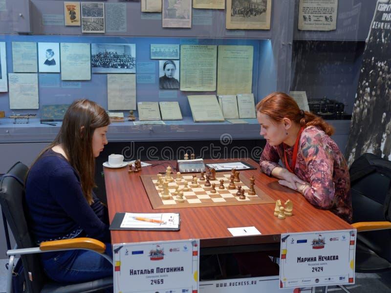 Matcha Natalija Pogonina vs Marina Nechaeva i toppen-finaler av den ryska schackmästerskapet arkivbilder