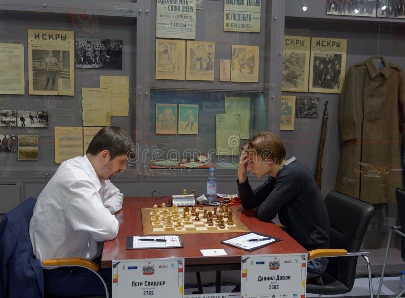 Matcha Peter Svidler vs Daniil Dubov i toppen-finaler av den ryska schackmästerskapet arkivbild