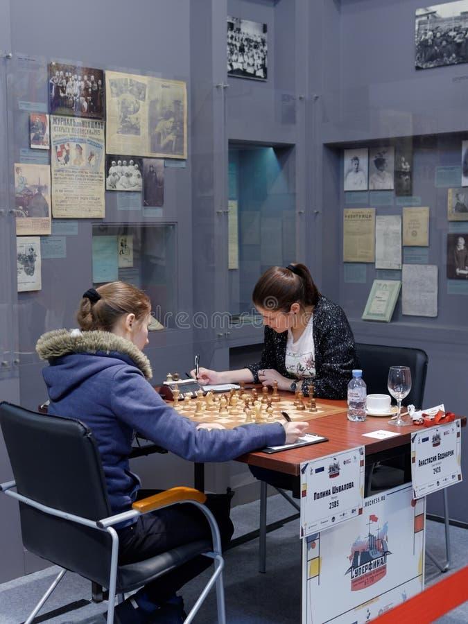 Matcha Polina Shuvalova vs Anastasia Bodnaruk i toppen-finaler av den ryska schackmästerskapet arkivbild