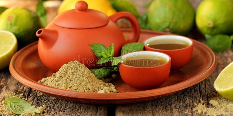 Matcha pulverizado japonês do chá verde imagem de stock royalty free