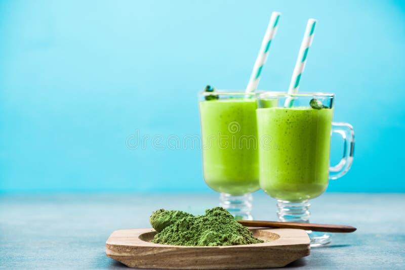 Matcha servant lait de poule de thé vert photos stock