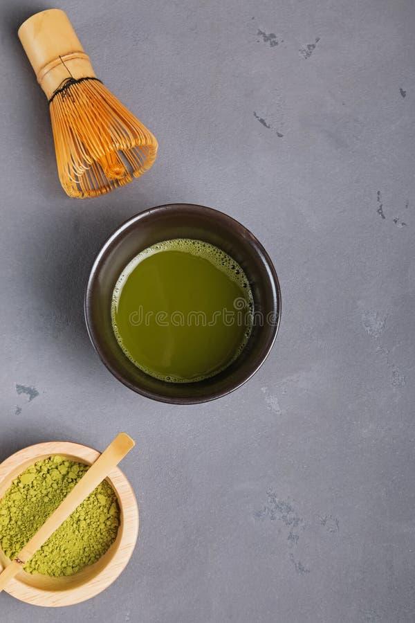 Matcha-Tee in einer traditionellen Schüssel, in einem Schneebesen und in einem Pulver stockbild