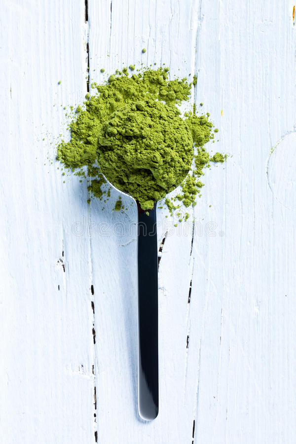 Matcha zielona herbata na łyżce obraz stock