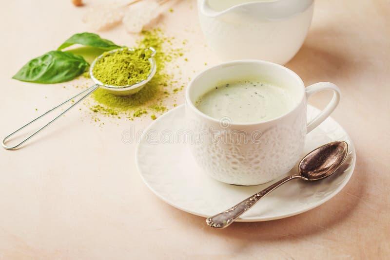 Matchalatte för grönt te arkivfoton
