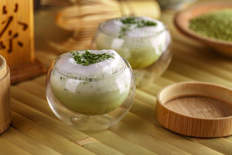 Matchalatte för grönt te royaltyfri bild