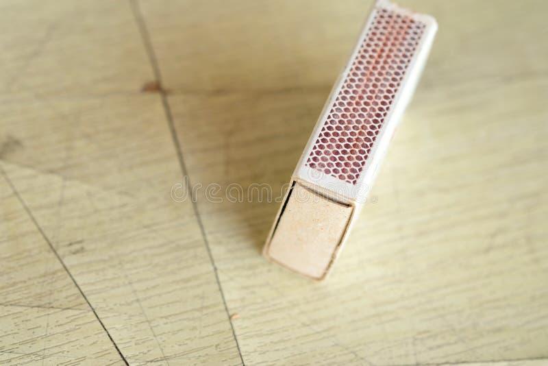 Download Matchbox Na Drewnianym Stole Obraz Stock - Obraz złożonej z niebezpieczeństwo, matchstick: 65226379