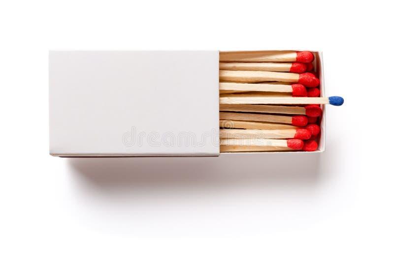 Matchbox z jeden błękitnym matchstick inny w czerwieni na bielu z ścinek ścieżką obrazy stock