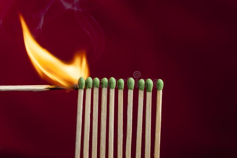 Matchs d'éclairage dans une rangée image stock