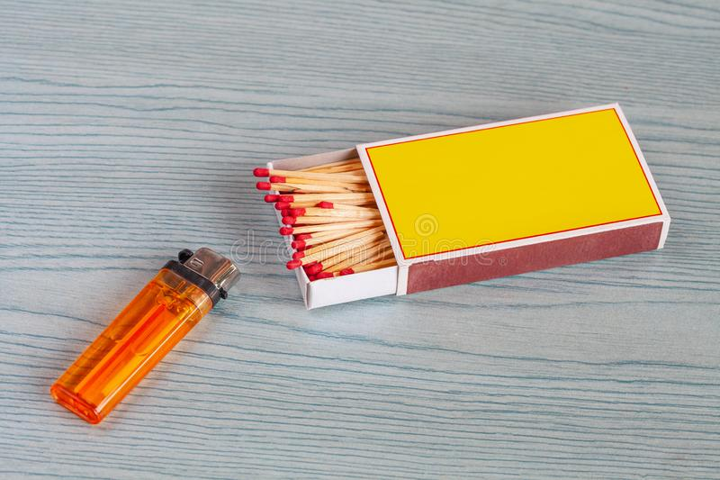 Matchstick και αναπτήρες στον πίνακα χρώματος στοκ εικόνα
