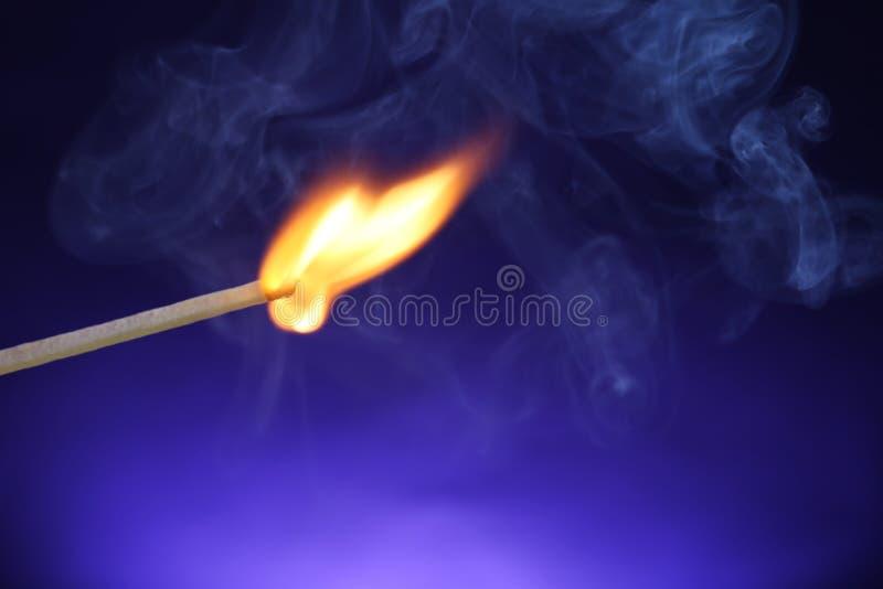 Matchstick de queimadura no fundo da cor, close up fotos de stock royalty free