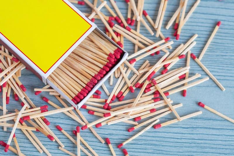 Matchstick fuera de la caja de cerillas en la madera del color fotos de archivo