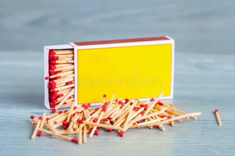 Matchstick fuera de la caja de cerillas en la madera del color fotografía de archivo libre de regalías