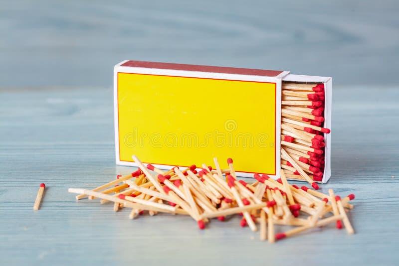 Matchstick fuera de la caja de cerillas en la tabla de color imagen de archivo libre de regalías