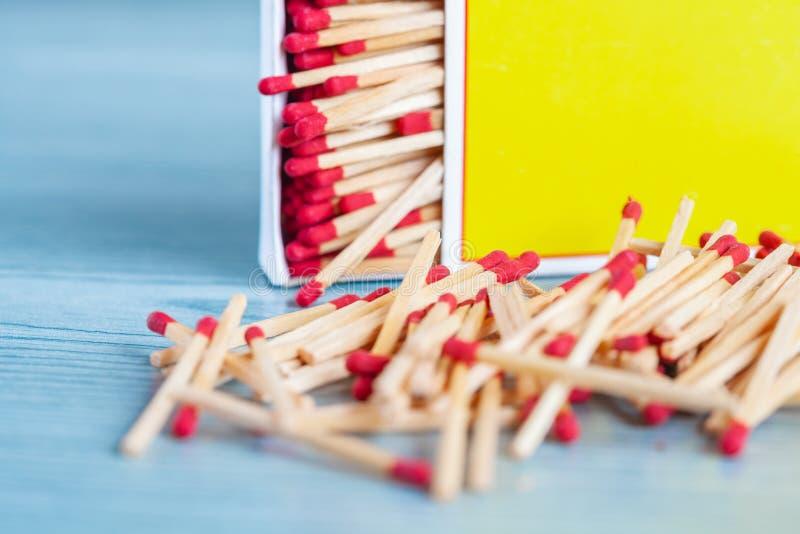 Matchstick fuera de la caja de cerillas en la tabla de color imagenes de archivo