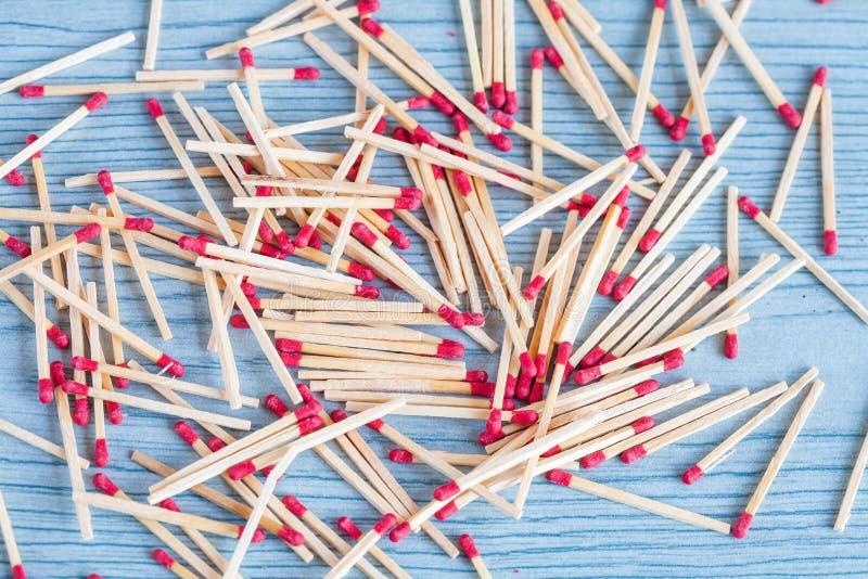 Matchstick fuera de la caja de cerillas en la tabla de color foto de archivo libre de regalías