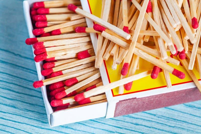 Matchstick fuera de la caja de cerillas en la tabla de color foto de archivo